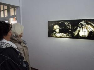 Fasziniert und weckt nicht nur Erinnerungen, sondern auch Fragen: Die Lichtkunst aus Kohle von Nikola Dicke.