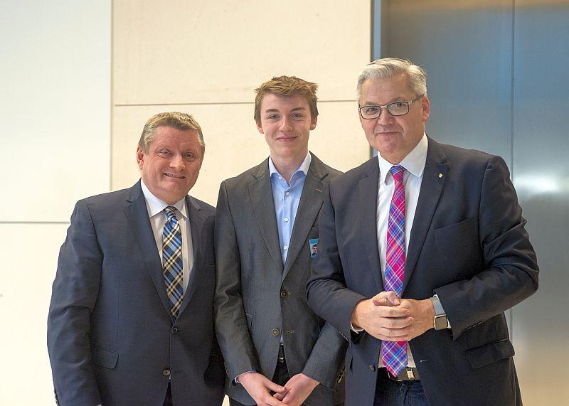 Niels Biermann mit Bundesgesundheitsminister Hermann Gröhe (l.) und Hubert Hüppe (r.).