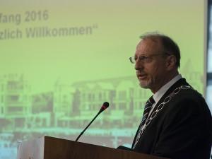 Bürgermeister Roland Schäfer bei seinem Rückblick und Ausblick.