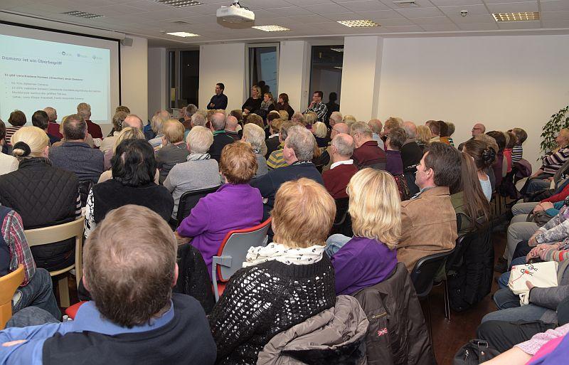 Dr. Alexander Busch (stehend im Hintergrund links) referierte im Rahmen der Pulsschlagreihe über Gedächtnisstörungen.