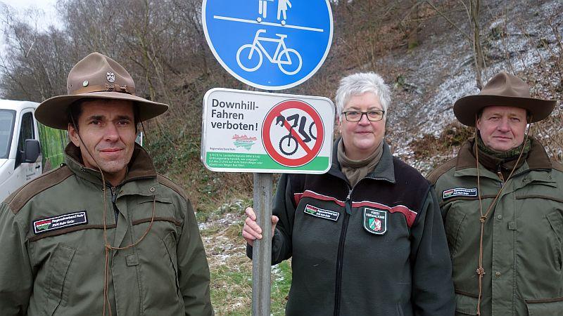 Das Verbotsschilder allein nicht helfen, weiß natürlich Christiane Günther. Deshalb werden ab sofort diese beiden RVR-Ranger auf der Bergehalde Großes Holz Streife gehen.
