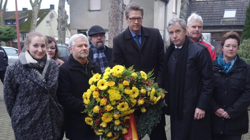 Kranzniederlegung an der Bergkamener Gedenkstätte für die Opfer des Nationalsozialismus -- links Saskia Steube, Abiturientin des Städt. Gymnasiums.