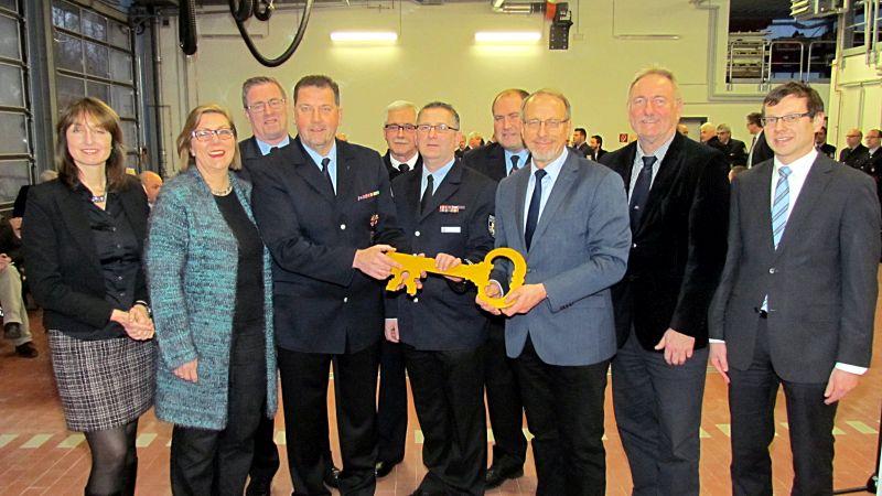 Symbolisch übergab Bürgermeister Roland Schäfer den Schlüssel für das neue Rünther Gerätehaus an Stadtbrandmeister Dietmar Luft und Löschgruppenführer Dirk Kempke.