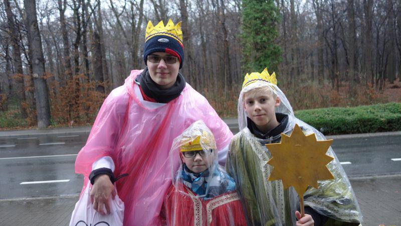 Die Sternsinger der St. Michael-Gemeinde sind der Witterung entsprechend eingekleidet.