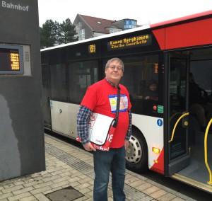 Mitarbeiter der VKU informieren in den Bussen über das neue 10er Ticket.