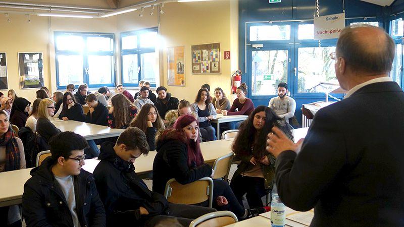 Bürgermeister Roland Schäfer informiert die Schüler des 12. Jahrgang über die aktuelle Flüchtlingslage.