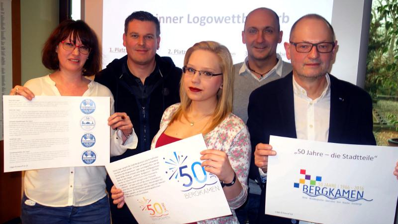 Die Gewinner des Logo-Wettbewerbs (vorn. v.l.) Christine Billigmann, Laura Biela und Norbert Mertins, im Hintergrund Karsten Quabeck (l.) und der Amtsleiter Zentrale Dienste Thomas Hartl.