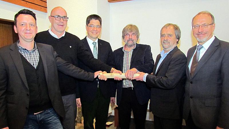 Staffelübergabe bei der Jugendhilfe Bergkamen eGmbH: 3.v.r. Hans-Joachim Wehmann, der neue für Bergkamen zuständige Bereichsleiter Maik Sandmann (l.)