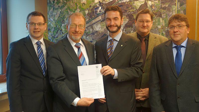 Der Doppelhaushalt ist genehmigt (v.l.): Roland Schäfer, Dr. Thomas Wilk, Ralf Oxe (Organisationseinheit Steuerdienst bei Kreis Unna) und Holger Lachmann.