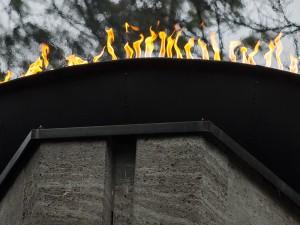 Die Flamme am Mahnmal brennt für die Toten und für die HInterbliebenen.