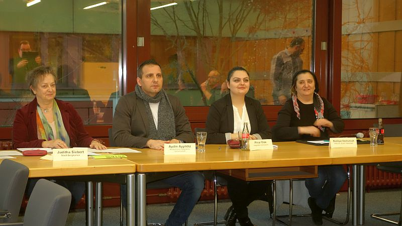 Aydin Ayyildiz ist der neue Vorsitzende des Integrationsrat, links neben ihm Integrationsbeauftragte Juditha Siebert und rechts die Stellvertreterinnen Pinar Elek und Bedirye Domurcuk.