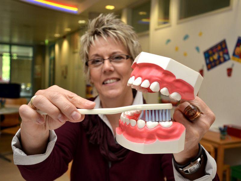 Prophylaxe-Fachkraft Heike Reimann vom Zahnärztlichen Dienst des Kreises zeigt am Modell, wie Kinderzähne richtig geputzt werden. Foto: B. Kalle – Kreis Unna