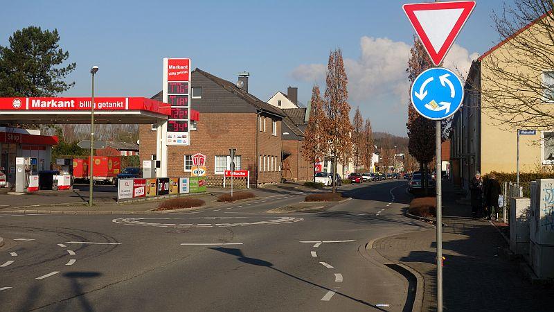 Die Beseitigung der Kanten auf dem Kreisel der Schulstraße mit der Buchfinkenstraße (s. Foto) und Kampstraße würde rund 100.000 Euro kosten.