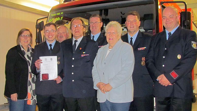 Ehrung und Beförderung bei der Löschgruppe Heil: Wolfgang Lantin (vorn 3.v.l.) gehört seit 50 Jahren der Feuerwehr an und Johannes Knepper (vorn 2. v.l.) ist jetzt Unterbrandmeister