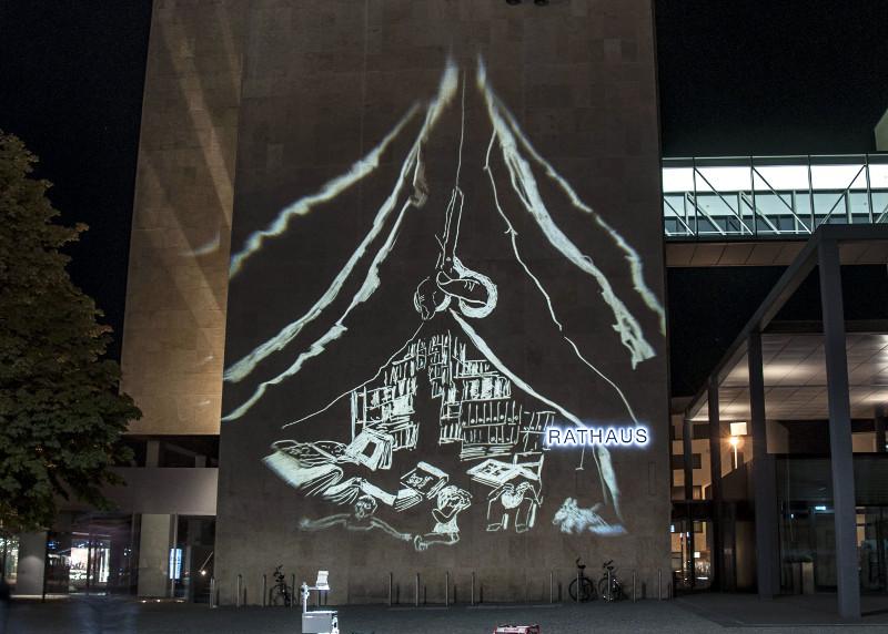 Licht-Graffities von Nikola Dicke am Güterloher Rathaus