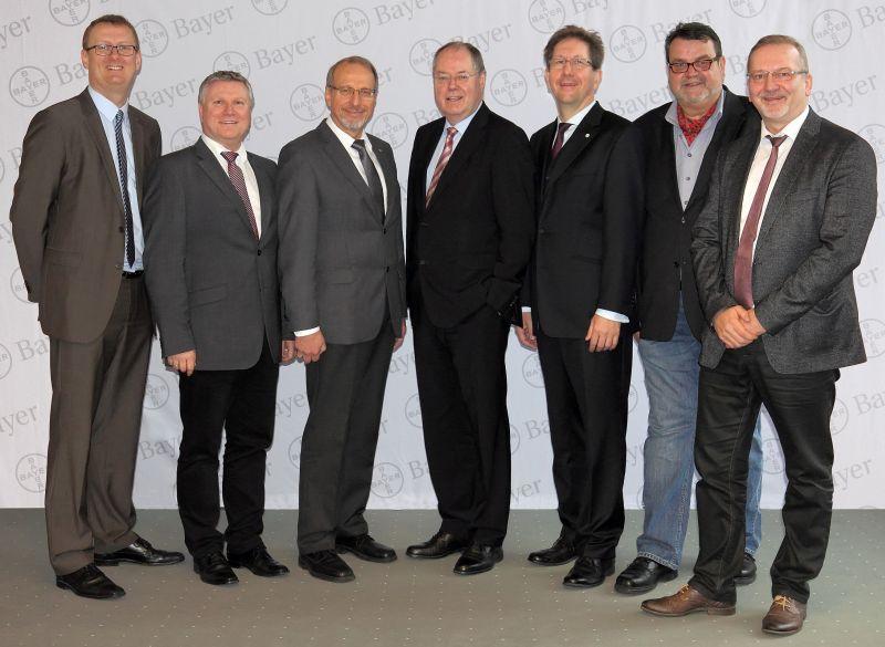 Diskutierten über Strukturwandel und Beschäftigungssicherung (v. l.): Oliver Kaczmarek, Rüdiger Weiß, Roland Schäfer, Peer Steinbrück, Dr. Stefan Klatt, Lothar Wobedo und Heinz Georg Webers.