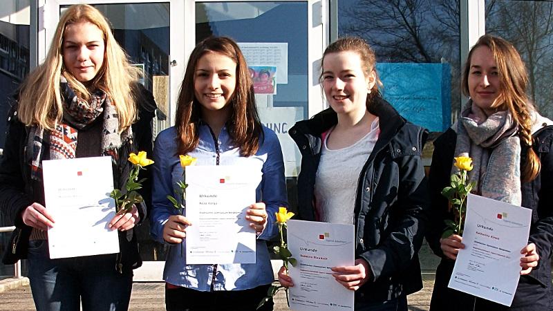 Das Foto zeigt die erfolgreichen Teilnehmerinnen des Städtischen Gymnasiums Bergkamen (v.l:) Michelle Harcz, Nora Varga, Rebecca Staubach und Lisa Kirsch. Nora vertritt das SGB nun beim Regionalfinale Anfang März in Lippstadt. (Foto: SGB)
