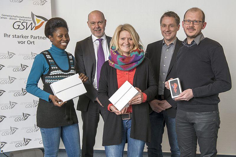 Die drei Gewinner des Online-Gewinnspiels mit GSW-Geschäftsführer Jochen Baudrexl (2. v. links) und dem Leiter der Kundenbetreuung Thorsten Siegert (2. v. rechts).