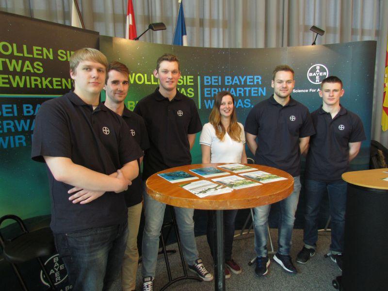 """Auszubildende von Bayer informierten bei der Messe """"Marktplatz Arbeit und Ausbildung"""" die jungen Besucherinnen und Besucher. Insgesamt waren es im Ratstrakt 18 Aussteller."""