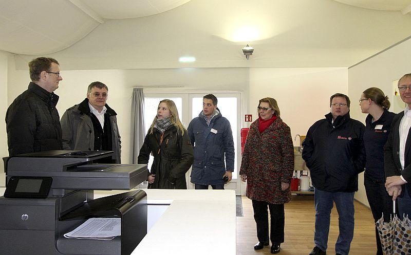 SPD-Bundestagsabgeordneter Oliver Kaczmarek (l.)besuchte die Unterkunft für Flüchtlinge am Wellenbad.