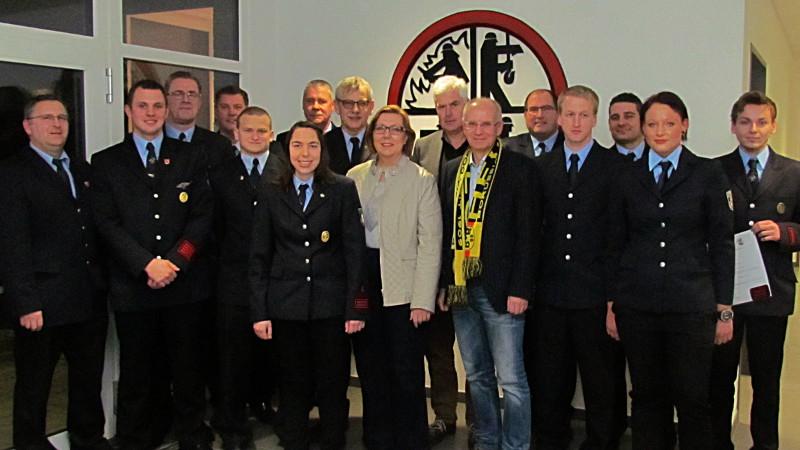 Eine Ehrung und Beförderungen standen auf dem Programm der Jahresdienstbesprechung der Löschgruppe Rünthe.