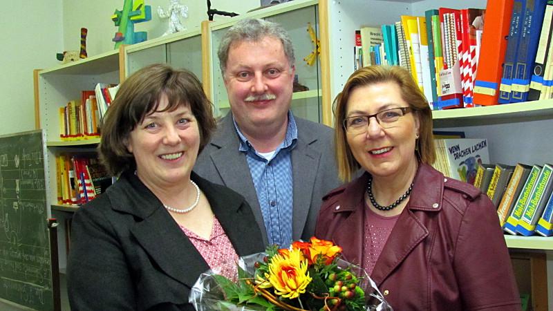 Blumen für die neue Schulleiterin (v.l.): Martina Hoppe, Andreas Kray und Christine Busch.