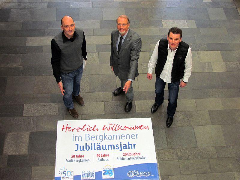 Thomas Hartl, Roland Schäfer und Kasten Quabeck (v.l.) stellten die Ausstellung mit den Bergkamener Meilensteinen im Treppenhaus des Rathauses vor.