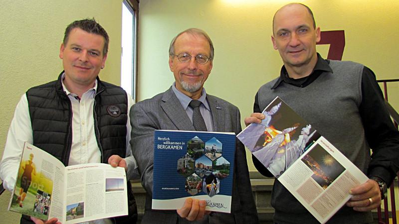 Die neue Neubürgerbroschüre ist da (v.l.): der Leites des Stadtmarketing Karsten Quabeck, Bürgermeister Roland Schäfer und der Leiter der Zentralen Dienste Thomas Hartl.