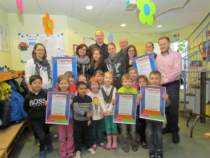 Kinder der Kita  Funkelstein und der Vorstand des Stadtjugendrings präsentieren das Programm des 22. Bergkamener Theaterfestivals.