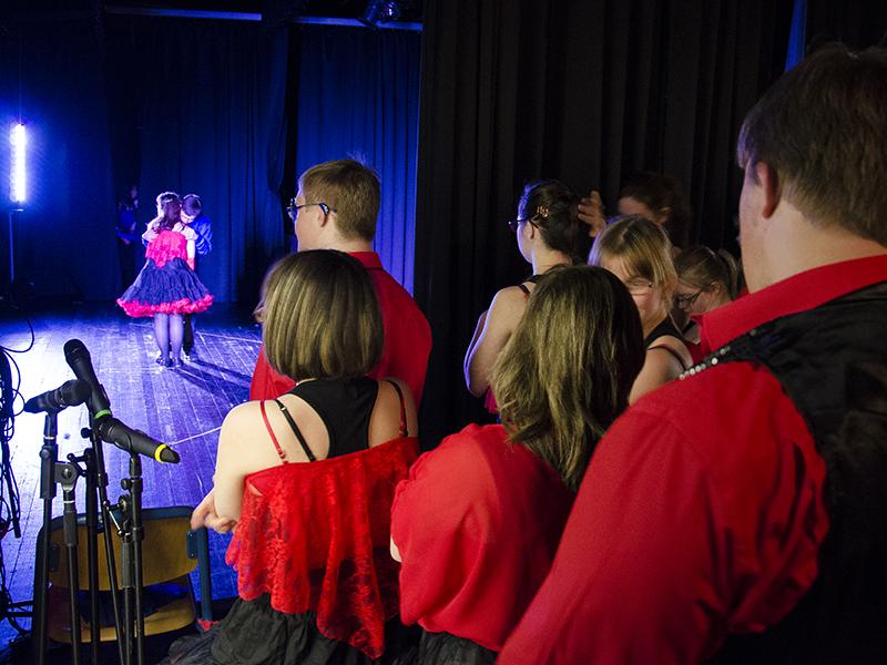 In inniger Umarmung mit heftigem Lampenfieber warten auf den großen Auftritt: Die Tänzer und Schauspieler der Initiative Down Syndrom hinter den Kulissen.