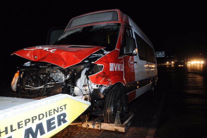 NNach dem Zusammenstoß mit dem Sattelschlepper konnte der Bus nur noch abgeschleppt werden. Der Fahrer verletzte sich glücklicherweise nur leicht. Foto: Ulrich Bonke