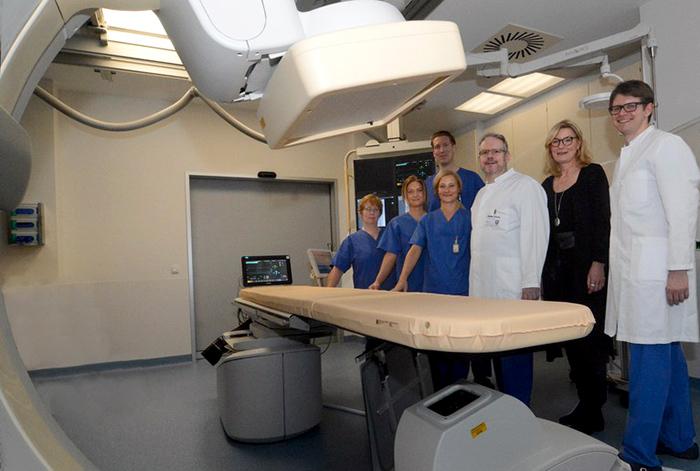 Chefarzt Dr. Marcus Rottmann (3.v.r.) und sein Team und Krankenhausleiterin Anke Ronge (2.v.r.) freuen sich über die Möglichkeiten der neuen Angiographieanlage.