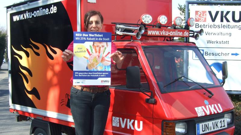 Sabine Schröder von der VKU ist mit dem VKU-Infomobil auf allen Wochenmärkten im Kreis Unna unterwegs, um über die neuen 10erTickets zu informieren. Foto: VKU