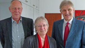 Landrat Makiolla und Schuldezernent Dr. Timpe (l.) verabschiedeten Schulpsychologin Elisabeth Hanfland in den Ruhestand. Foto: L. Witteler – Kreis Unna