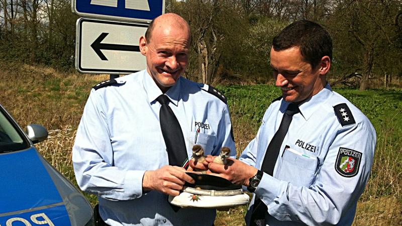 Die Polizeihauptkommissare Schrot (l.) und Nottebohm retteten die Entenküken.