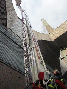 Menschenrettung aus 28 Metern Höhe mit der Teleskospmastbühne aus Oberaden.