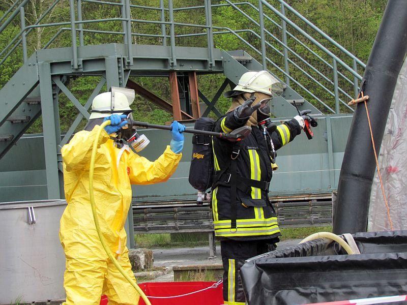 nach dem einsatz auf dem ammoniak tankschiff wurde dieser feierwehrmann grndlich abgeschrubbt - Feuerwehrubungen Beispiele