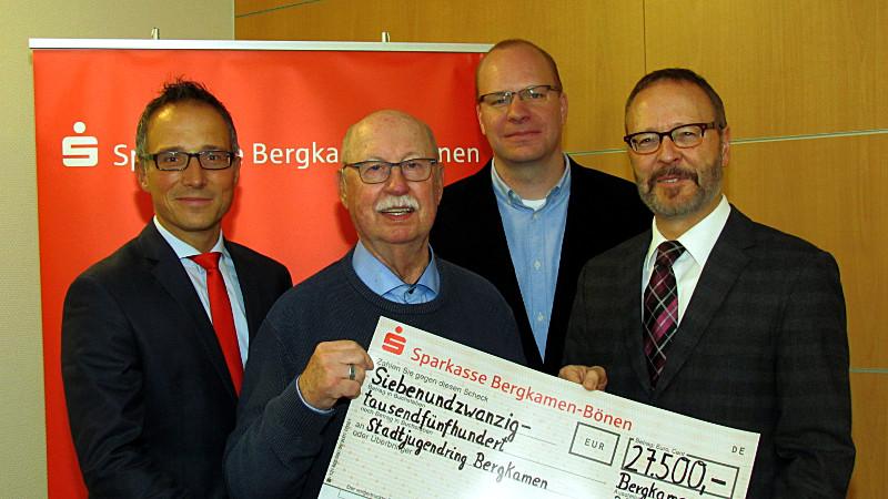 Spendenübergabe an den Stadtjugendring (v.l.)_: Michael Krause, Karl-Heinz Chuleck, Christian Scharway umd Martin Weber.