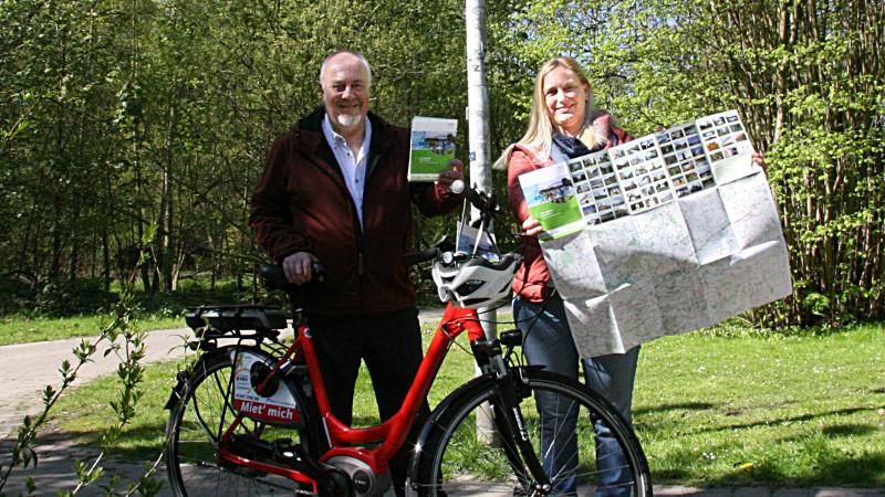 Klaus-Peter Dürholt und Birgit Heinekamp vom Kreis stellen die neue Fahrradkarte des Kreises vor. Foto: G. Klumpp – Kreis Unna