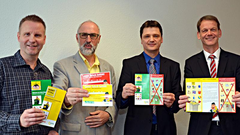 Erinnern an die Regeln zur Mülltrennung (von links): Andreas Schneider, Ludwig Holzbeck (beide Kreis Unna), Andreas Hellmich (GWA) und Stefan Jonic (Remondis). Foto: B. Kalle – Kreis Unna