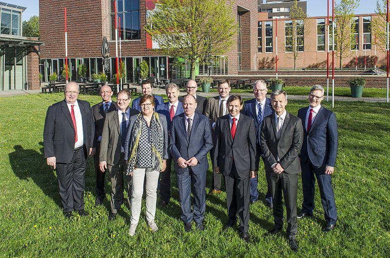 Landrat Michael Makiolla (6.v.l.) und andere Verwaltungschefs im Ruhrgebiet wollen ein Förderprogramm zur Reduzierung der Langzeitarbeitslosigkeit. Foto: Thomas Schmidt