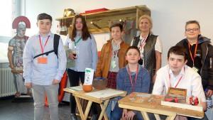 Die Medien-Ag der Freiherr-vom Stein-Realschule informierte nach der Eröffnung der Römerabteilung über ihr QR- und Kettenhemd-Projekt.