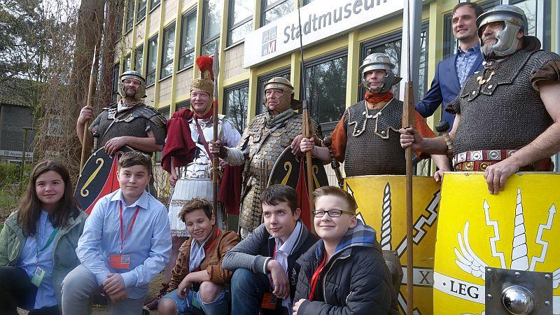 Mitglieder der Medien-AG der Freiherr-vom-Stein-Realschule mit Bergkamener Römerfreunden.