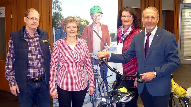 Mit dem Rad zur Arbeit (v.l.): Hans Irmisch, Regina Flaß , Monika Lichtenhof (Leiterin des Bürgermeisterbüros) und Roland Schäfer.