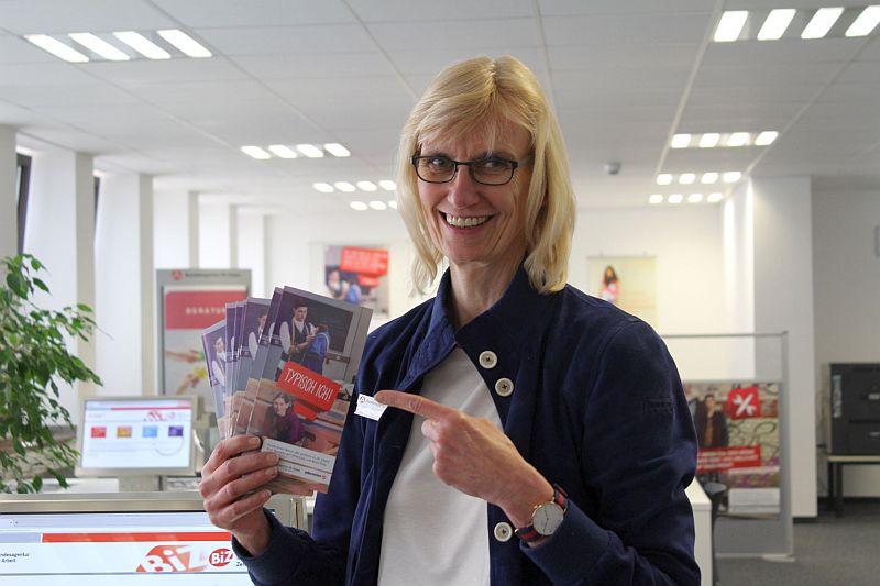 """Martina Leyer hält die neuen Flyer zur Kampagne """"typisch ich!"""" in der Hand. Foto: Nathalie Neuhaus"""