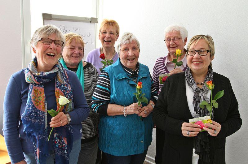 Mit Blumen bedankte sich die Diakonie bei den Ehrenamtlichen für  ihren engagierten Einsatz in der Begleitung von Demenzerkrankten.