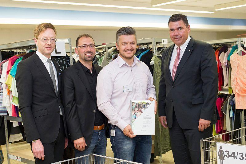 Thimo V. Schmitt-Lord (l.), Vorstand der Bayer-Stiftung, und Mario Löhr (r.), Bürgermeister der Stadt Selm, gratulieren Projektinitiator Alen Azdaic (2.v.r.) und Erdal Macit (2.v.l) für ihr ehrenamtliches Engagement in der Kleiderkammer Selm.