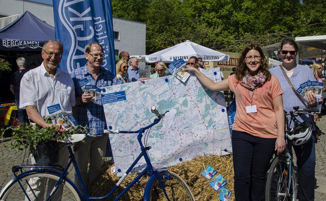 """Stolz präsentieren sich die """"Macher"""" des A8 mit dem neuen Informationsmaterial und einem echten Bergkamener Fahrrad."""