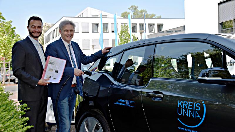 Landrat Michael Makiolla und Kreisdirektor Dr. Thomas Wilk (l.) stellten das erste E-Fahrzeug des Kreises vor. Foto: C. Rauert – Kreis Unna