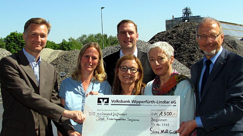 5 Tonnen Elektroschrott für die städtischen Kindergärten (v.l.): Marc Affüpper, Britta Kampes, Andreas Gérard, Danuta Frankus, Susanne Kortendiek und Roland Schäfer.